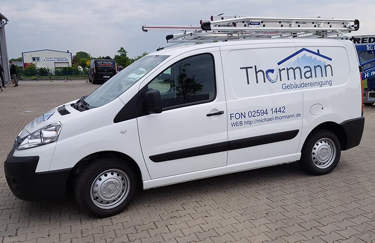 Fahrzeug der Gebäudereinigung Thormann